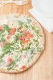 Djupfryst pizza i en plast- sjal Royaltyfria Bilder