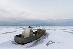 Djupfryst rostig barkass på Ladoga sjön Arkivfoto