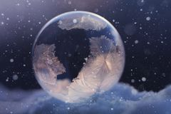 Djupfryst såpbubbla i snö Arkivfoton