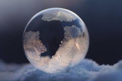 Djupfryst såpbubbla på snö Royaltyfria Bilder