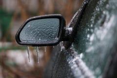 Djupfryst sidospegel för bil efter frysa regn royaltyfria foton