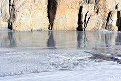 Djupfryst sjö bredvid ett berg Royaltyfria Foton