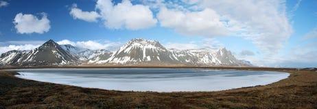 Djupfryst sjö i Island Arkivfoton