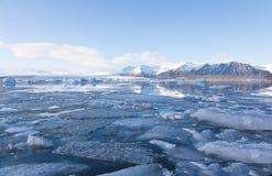 Djupfryst sjö i söder av Island under sen vinter Arkivbilder
