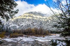 Djupfryst sjö och snöig berg i Oregon arkivfoton