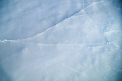 Djupfryst sjö som åker skridskor isbanatextur Arkivfoton