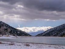 Djupfryst sjö under blå och molnig himmel Arkivfoton