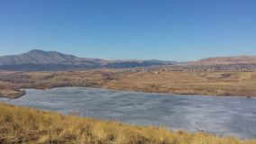 Djupfryst sjö under de steniga bergen Royaltyfria Foton