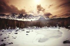 Djupfryst sjö, granskog och berg Sjö Carezza i södra Tyrol i Italien Arkivfoto
