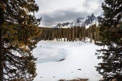 Djupfryst sjö, granskog och berg Sjö Carezza i södra Tyrol i Italien Royaltyfri Fotografi