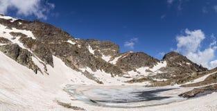 Djupfryst sjö i berget Arkivbilder