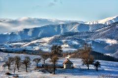 Djupfryst solig dag av en vinter, på lösa transylvania kullar Royaltyfri Fotografi