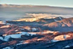 Djupfryst solig dag av en vinter, på lösa transylvania kullar Royaltyfria Bilder