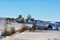 Djupfryst solig dag av en vinter, på lösa transylvania kullar Arkivbild