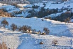 Djupfryst solig dag av en vinter, på lösa transylvania kullar Royaltyfri Foto
