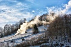 Djupfryst solig dag av en vinter, på lösa transylvania kullar Royaltyfri Bild