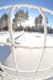 Djupfryst trådstaket med snöig landskap arkivfoton
