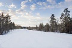 Djupfryst väg i Inari, Finland Arkivfoto