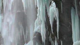 Djupfryst vattenfall i bergen arkivfilmer