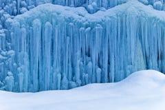 Djupfryst vattenfall i vinter Arkivfoton