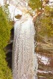 Djupfryst vattenfall i vintern Royaltyfria Bilder