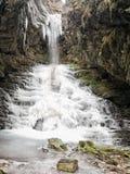 Djupfryst vattenfall, kaskad, Lunigiana område av Italien Royaltyfria Bilder