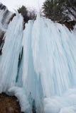 djupfryst vattenfall Lagrar av is Härligt vinterlandskap i Rumänien Royaltyfri Foto