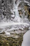 Djupfryst vattenfall Lake Louise arkivfoton