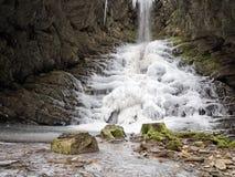 Djupfryst vattenfall, Lunigiana område av Italien Royaltyfri Bild