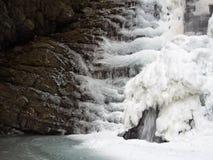 Djupfryst vattenfall, Lunigiana område av Italien Royaltyfri Foto