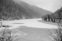 Djupfryst vintersjö med den kalla skogen i Lillafured, Miskolc, Ungern för ligganderussia för 33c januari ural vinter temperatur  arkivbild