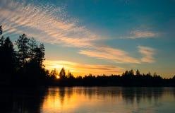 Djupfryst vintersjö på solnedgången Arkivbild