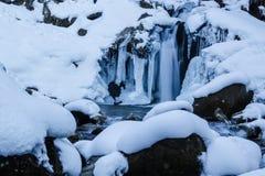 Djupfryst vintervattenfalllandskap Fotografering för Bildbyråer