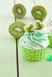 Djupfryst yoghurt med den nya kiwin Royaltyfria Bilder
