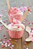 Djupfryst yoghurt med sockerhjärtor royaltyfri bild
