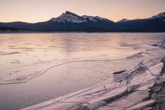 Djupfrysta Abraham Lake med berget Arkivbild