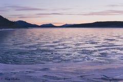 Djupfrysta Abraham Lake på gryning Royaltyfri Fotografi