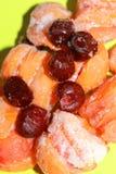 Djupfrysta aprikors i rimfrosten för kompott eller efterrätt royaltyfri foto
