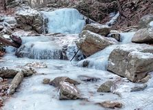 Djupfrysta bergvattenfall och ström Arkivfoton