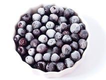 Djupfrysta chokeberries i en bunke Arkivfoton