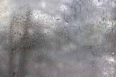 Djupfrysta droppar på frostat exponeringsglas. Vinter texturerad bakgrund. Arkivbilder