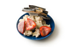 Djupfrysta grönsaker på den blåa plattan Arkivfoton