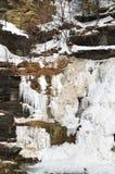 Djupfrysta Hector Falls visningrader av skiffer vaggar snittet vid glaciärer royaltyfri fotografi