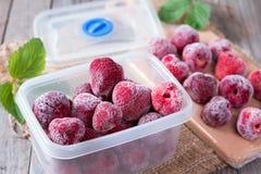 Djupfrysta jordgubbar i ask Royaltyfri Bild