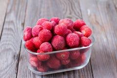 Djupfrysta jordgubbar i ask Arkivfoto