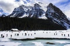 Djupfrysta Lake Louise i Alberta, Kanada på en snöig dag Royaltyfri Foto