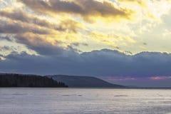 Djupfrysta sjö- och gulingmoln Arkivbild