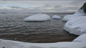Djupfrysta stenar bredvid en kust av Lake Baikal arkivfilmer