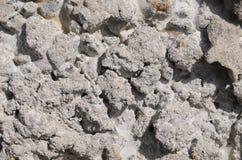djupfrysta stycken av cement på vaggar Royaltyfri Bild