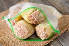 Djupfrysta välfyllda peppar i en plastpåse Djupfryst mat Royaltyfri Fotografi